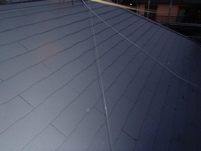こちらは屋根の中塗りの完了の様子です。アンテナのケーブルに注意しながら塗っていきます。