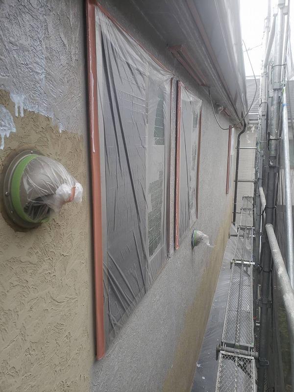 窓には養生をして、外壁の下塗りをしています。