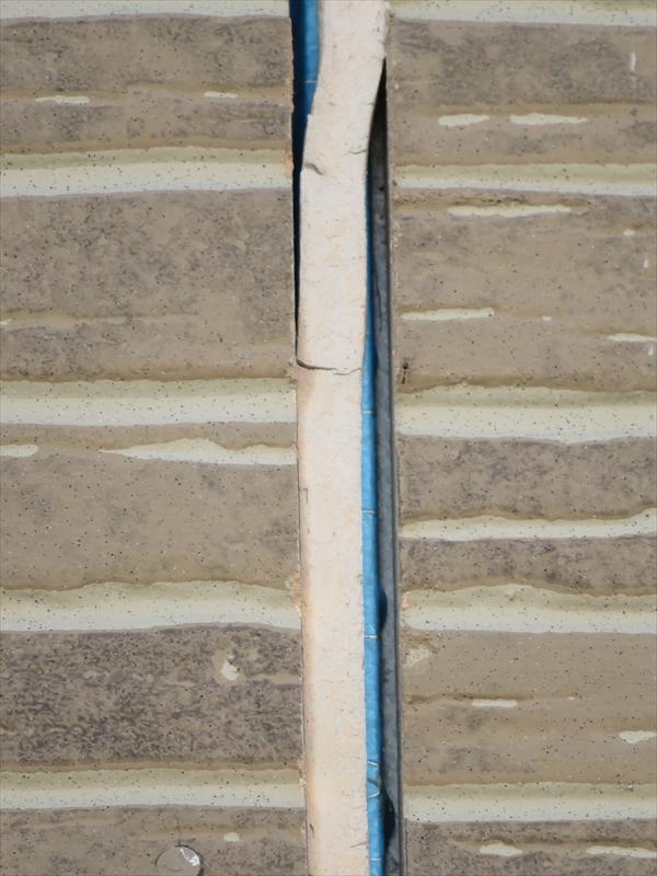 サイデングボードのシールが右側は壁から外れて、左側はなんとかくっついています。両側が外れるとシールが垂れ下がるようになります。