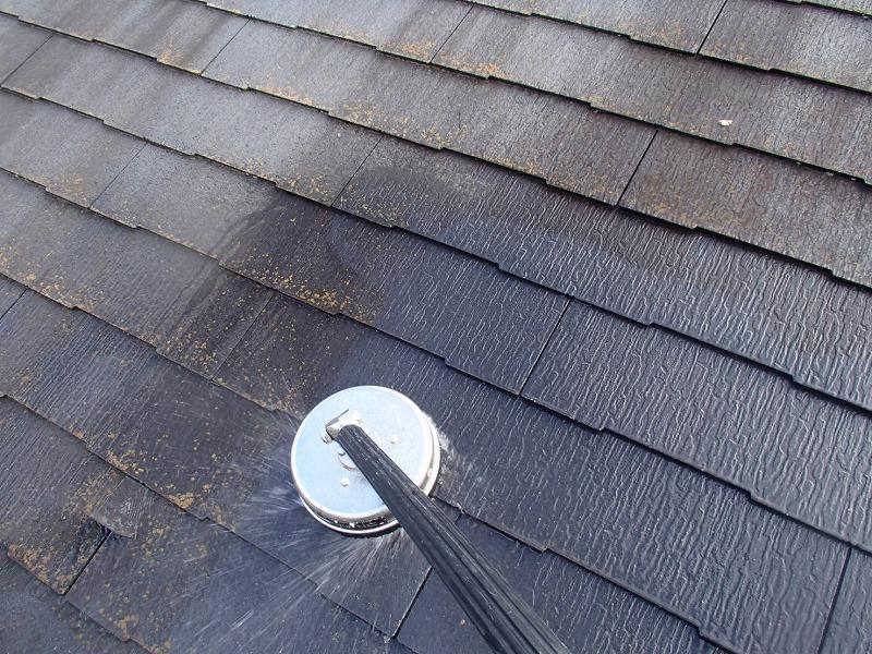 高圧洗浄で屋根の汚れを洗い流しました。