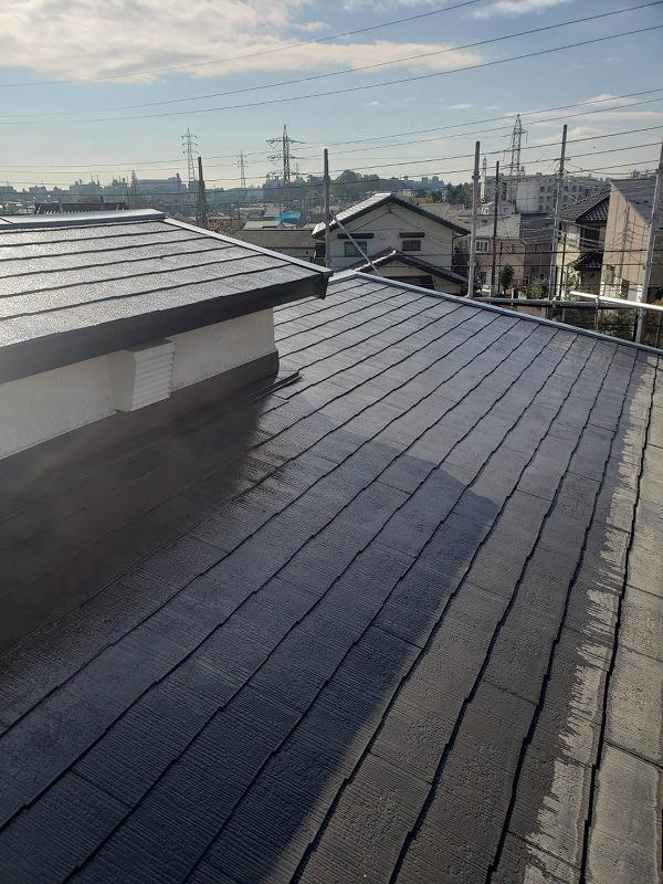 屋根の塗装は斜面になるので上から下へと徐々に塗り進めていきます。