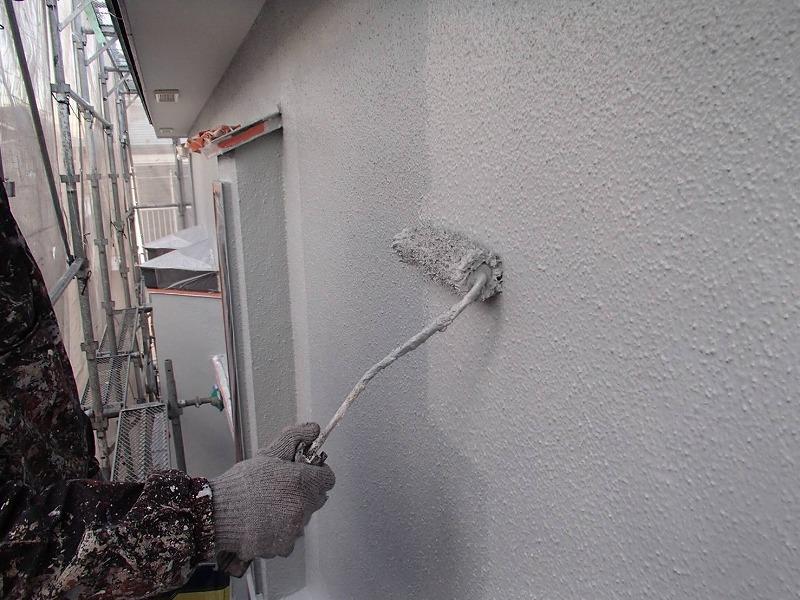 中塗りが乾いた後は、外壁の上塗りで完了です。