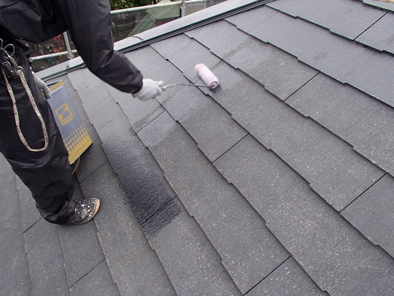 屋根の下塗りがスタートです。上から下へと塗りながら降りていきます。