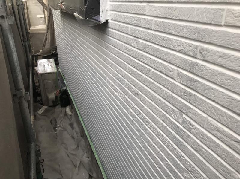 外壁に下塗り材を塗ると、その上に塗装する塗料がよく密着するようになります。
