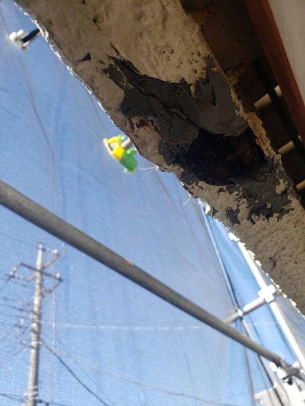 外壁の一部に穴が空いていたので、コンクリートボンドで埋めていきます。