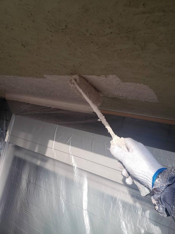 こちらは外壁の中塗りの様子。窓に塗料が付かないように養生をしています。
