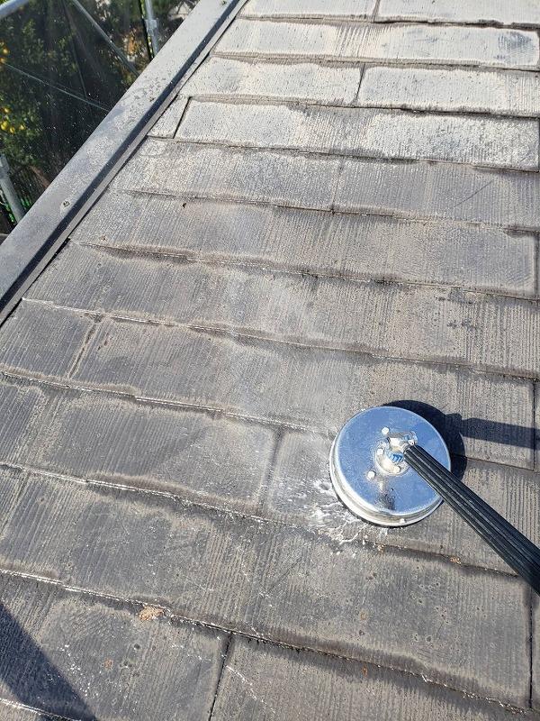 屋根をサーフェスクリーナーで高圧洗浄しています。ブラシがついているので汚れがよく落ちます。