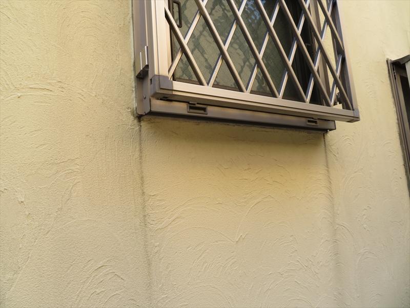 こちらは窓のサッシを伝った雨水が黒い線になっています。