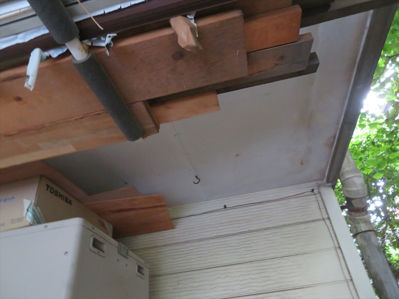 軒裏部分に雨漏りの跡があります。