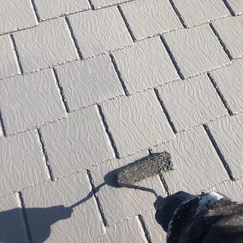 屋根の上塗りです。塗料が厚くなるとキメが整い、より艶よくきれいに仕上がります。