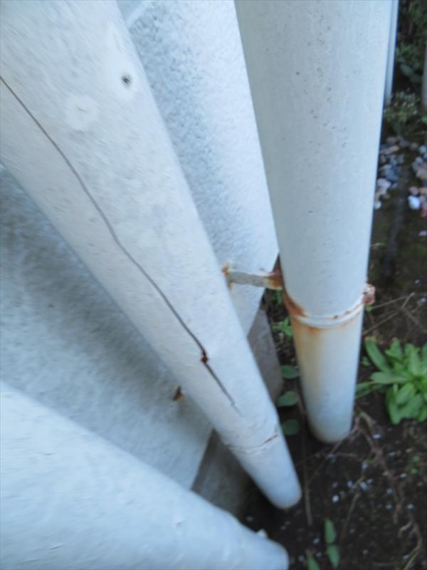 雨樋には割れとバンド部分のサビがついています。