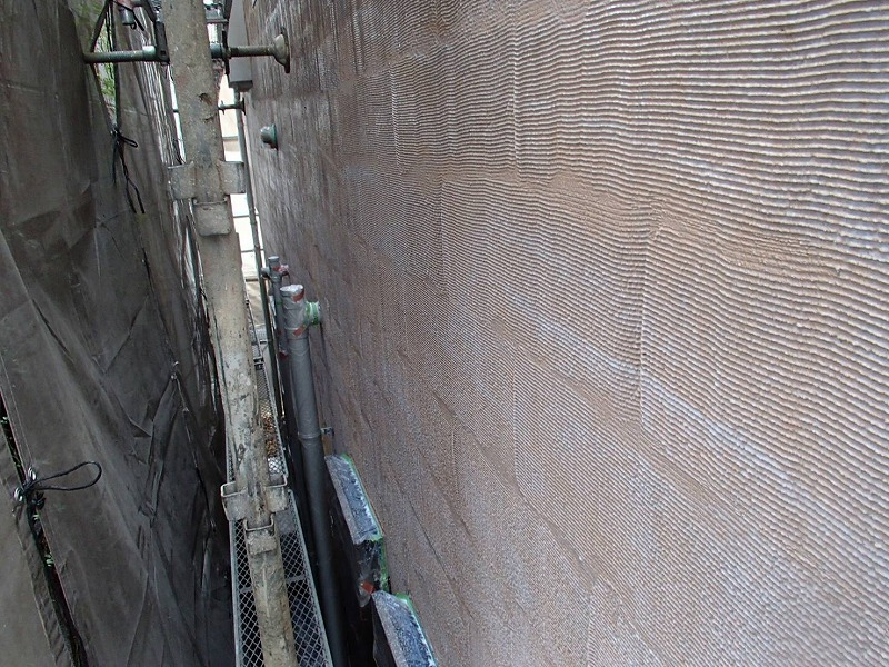 外壁の下塗りが完成しました。この後に塗る塗料の密着を高める効果があります。