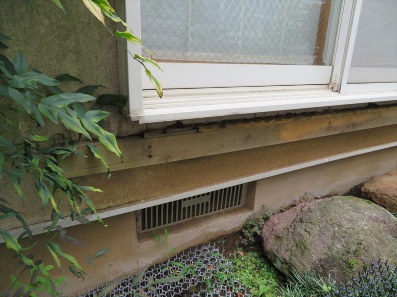 縁側を撤去したものの残ってしまった壁側の土台の木材。不要なのでこの機会に撤去します。