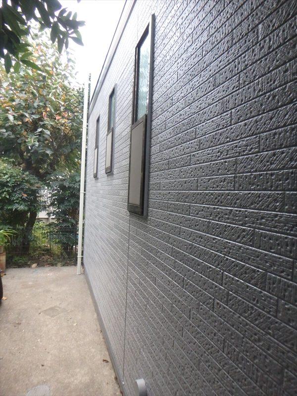 サイディングの外壁にしっかりと塗料を塗っています。