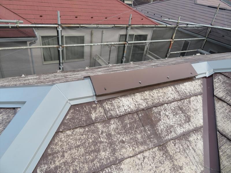 棟板金も交換しました。板金の色が違っていますが、この後、塗装をするので出来上がりは同じ色になります。