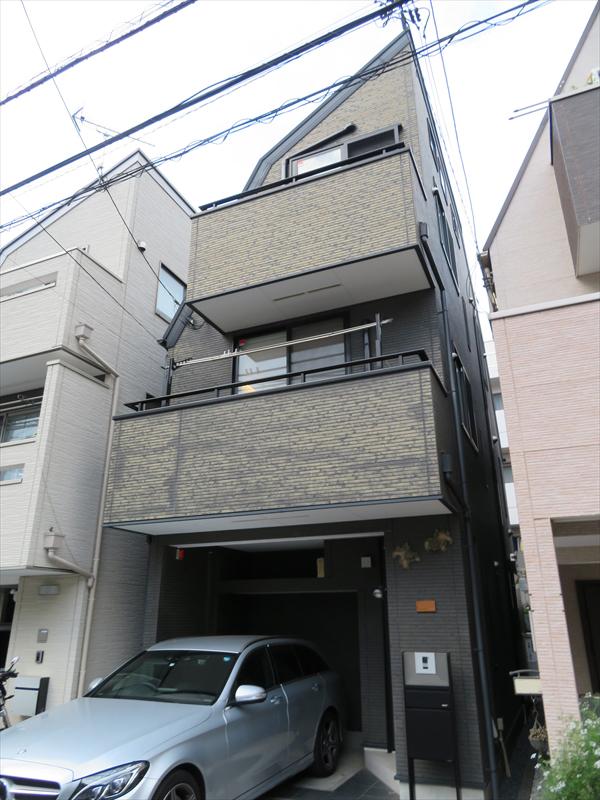 1階から3階にかけて色分けをされているようにも見えますが、元々は全て1階と同じ色でした。日焼けによる退色のようです。