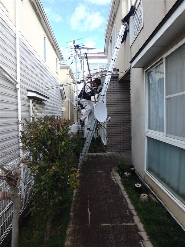 アンテナを屋根から下ろしています。この後、新しいアンテナを取り付けます。