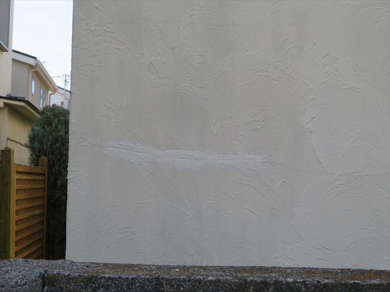 外壁の目立つヒビに補修跡がありました。