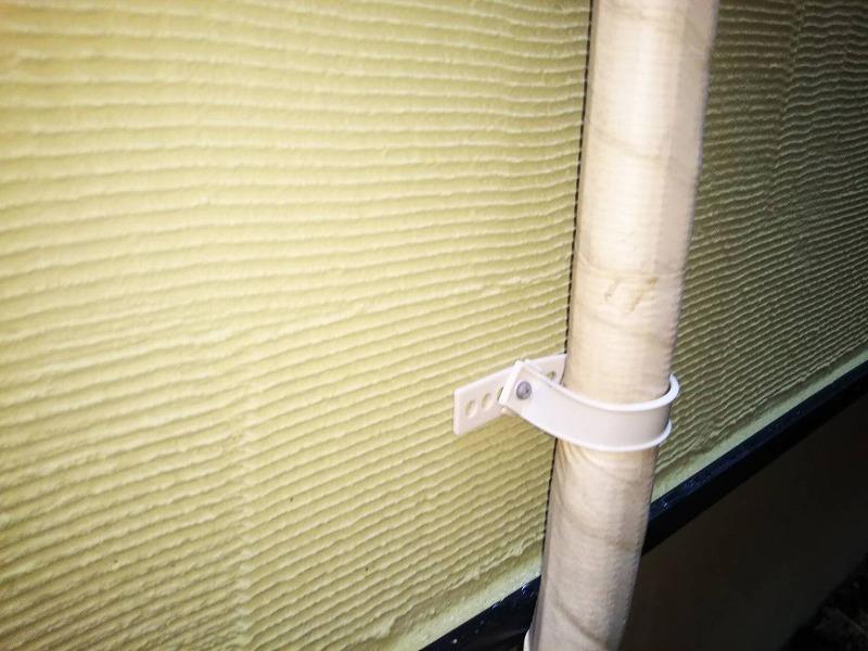配管を壁に巻きつける固定具がなくなっていたので、新しくつけ直しました。
