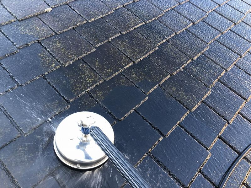 高圧洗浄で屋根の汚れを洗い流していきます。