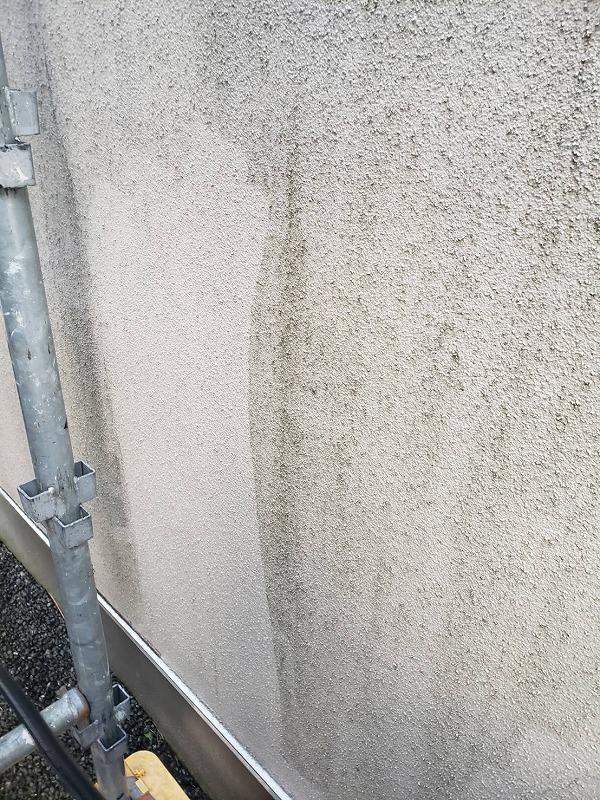 外壁の汚れを高圧洗浄で洗い流しました。
