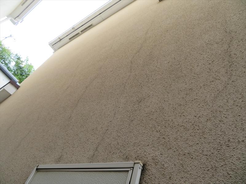 窓から上に向かってひび割れが複数できていました。