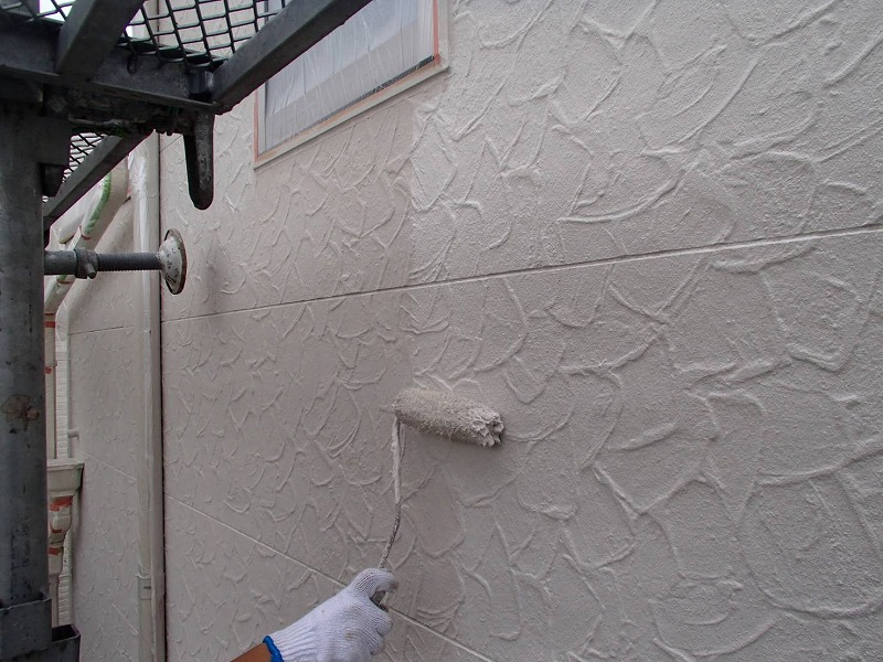 外壁の上塗りを開始しました。上塗りに入ると、塗料が厚くなってキメが整ってきます。