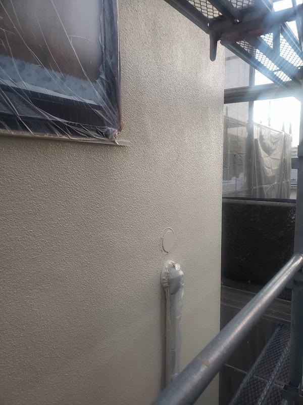 塗料がつかないように窓はビニールで覆って養生をしっかりしています。
