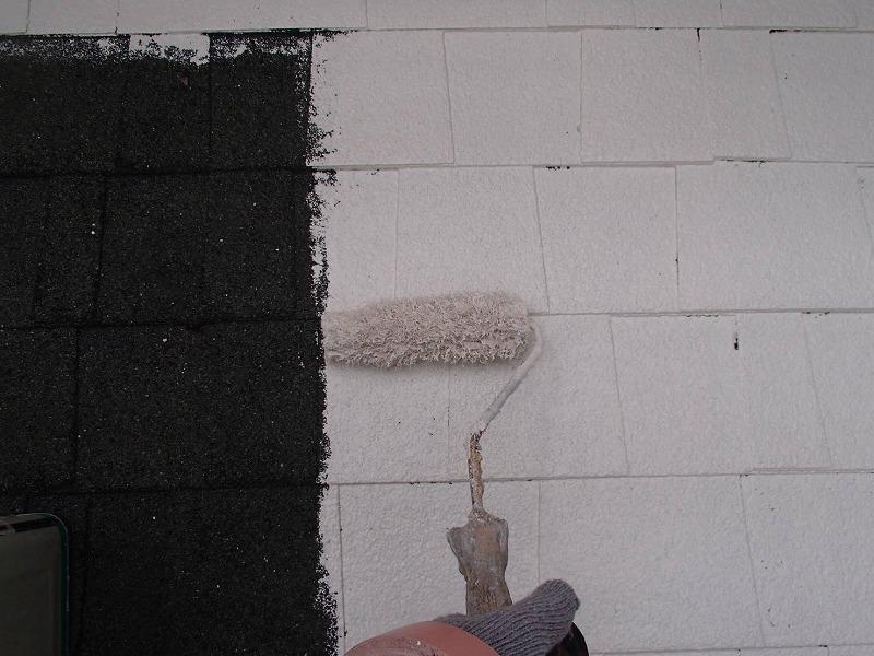 屋根の下塗りの様子。屋根瓦に異常がないか、チェックをしながら塗装しています。
