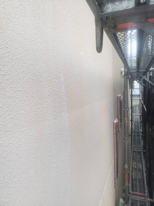 外壁の下塗りが完成しました。下塗り材にはこの次に塗る塗料の密着性を高める効果があります。