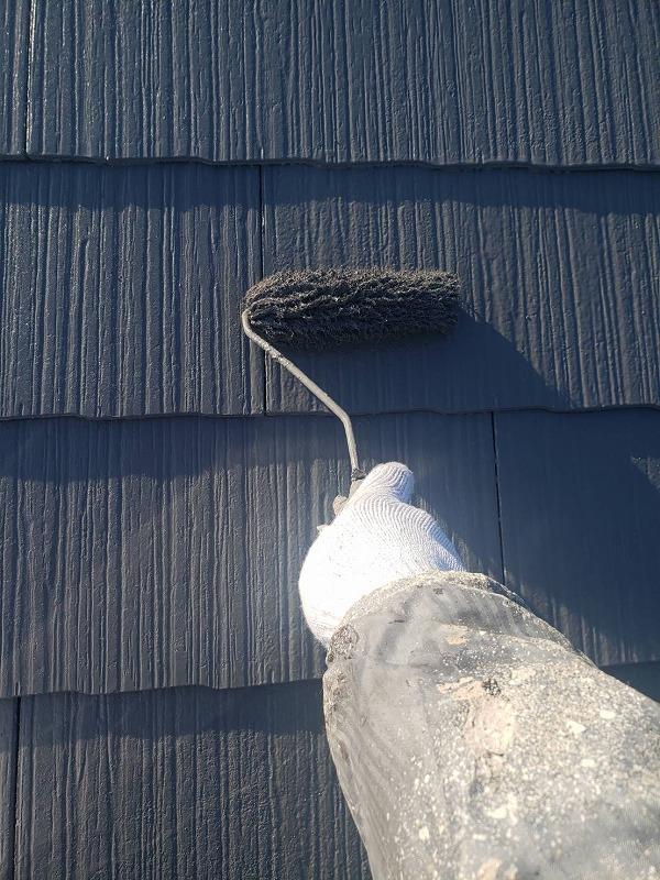 屋根の上塗りの写真です。塗り終わると艷やかな仕上がりになります。
