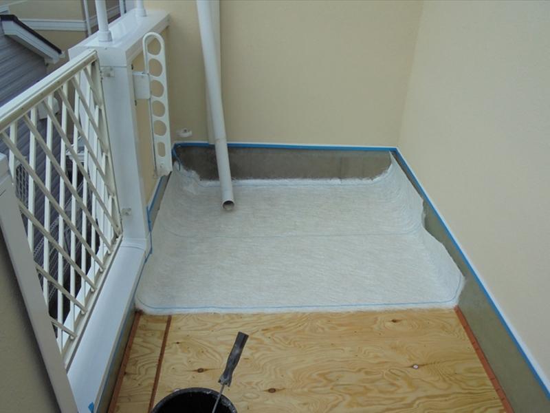 プライマーが乾いた後にガラスマットを敷きます。