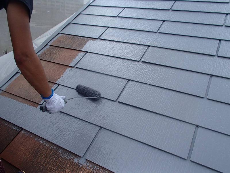 屋根の中塗りがスタートです。補修が必要な場合は、中塗りの際に補修します。