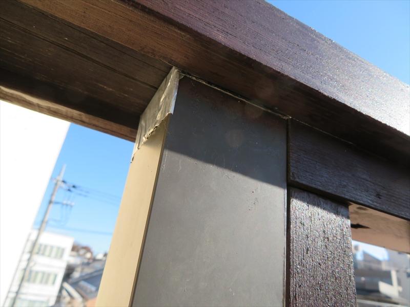 別の業者が雨漏り原因として指摘した手すり。雨漏りしないように簡易的にテープで蓋がされています。