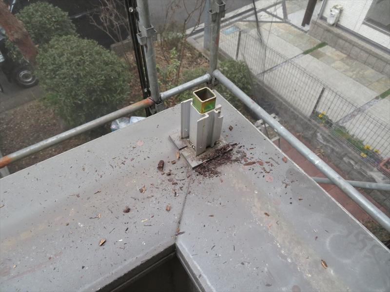 手すりは柱の部分で切り落として、取り外していきます。