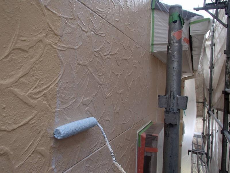 下塗りは、この後に塗る塗料の密着性を高める効果があります。