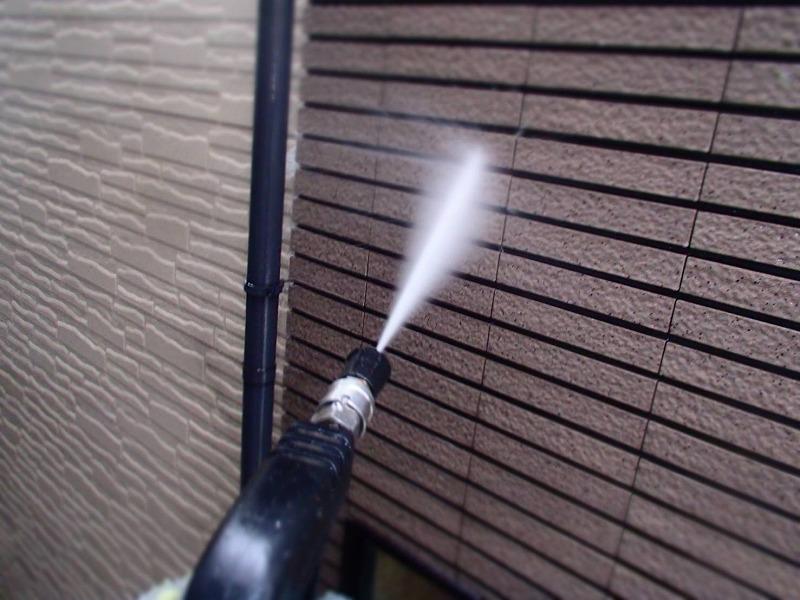 高圧洗浄で壁の汚れを洗い流しました。