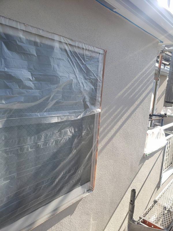 中塗りが完了しました。窓の養生に使うシートは、片端にマスキングテープが付いているので、そのテープを貼って固定します。
