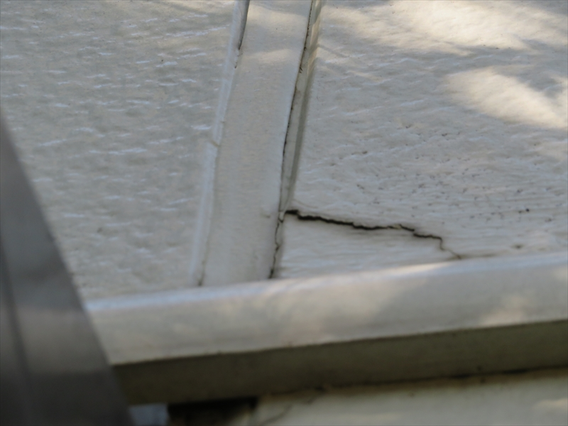 外壁にヒビが入っており、下側には穴も見えています。