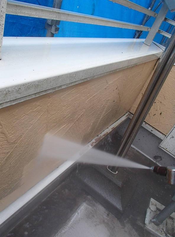 こちらも外壁の洗浄の様子。汚れが落ちている場所がはっきりと分かります。