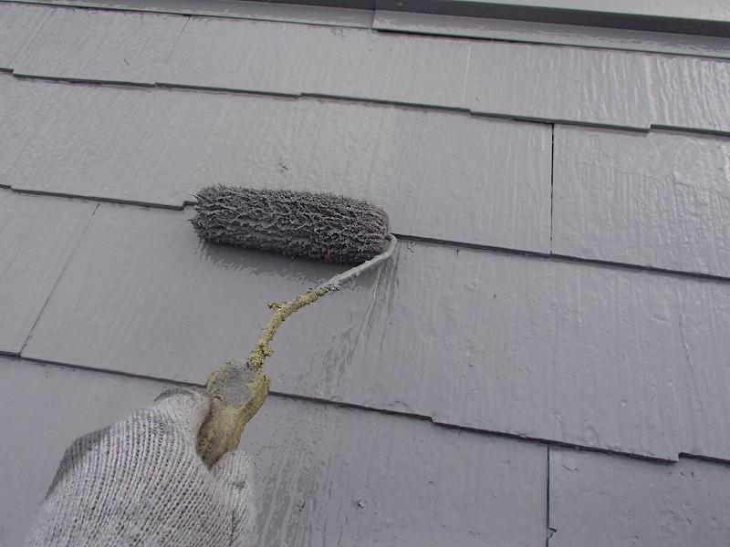 屋根の上塗りをしています。塗料を塗り重ねることで、塗料の膜が厚くなりしっかりと遮熱効果を発揮します。