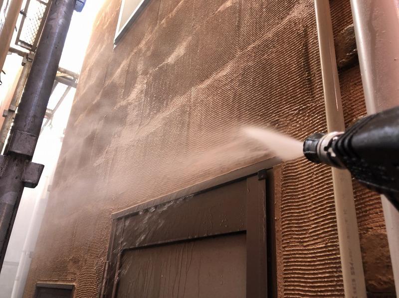 外壁の汚れを高圧洗浄で洗い流していきます。
