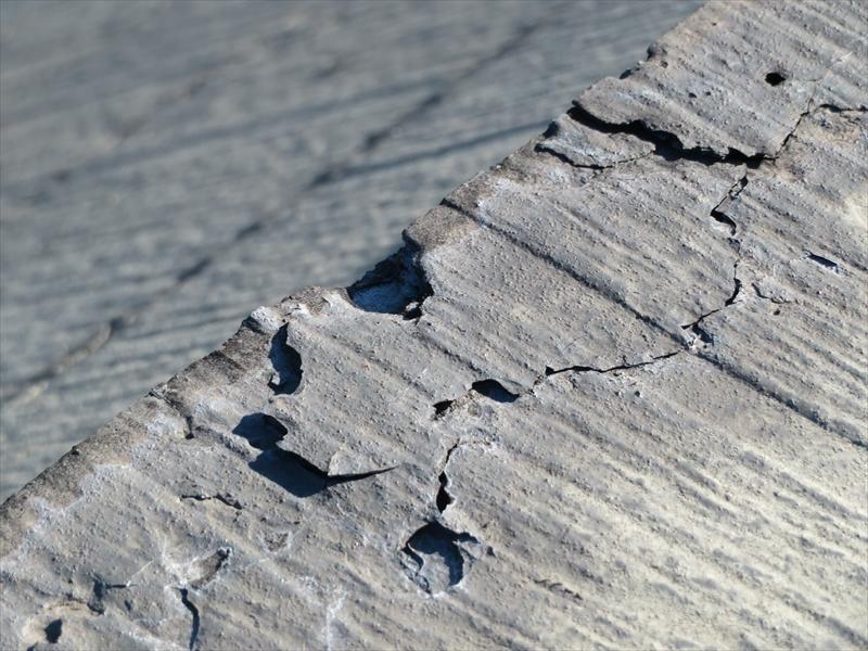 屋根も劣化が進んでヒビが入って欠けている部分が見られます。
