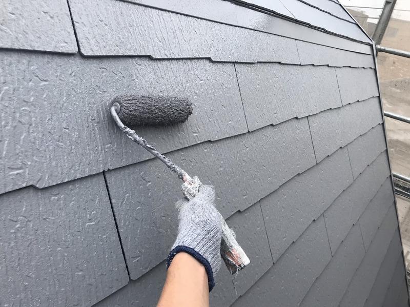 屋根の上塗りです。中塗りと比べて塗膜が厚くなるので、艶が出てよりきれいに仕上がります。