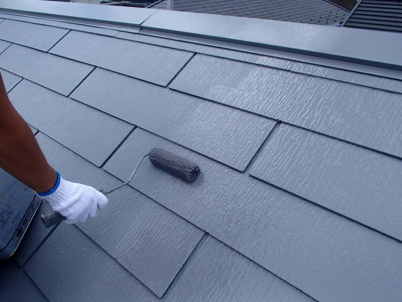 屋根の上塗り。中塗りと同じ塗料を使って2度塗りすることで、塗膜をしっかりと厚くしています。