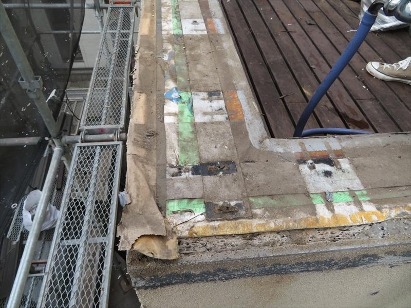 手すりを撤去した後は、雨漏りの侵入口があるかどうか、入念にチェックしていきます。