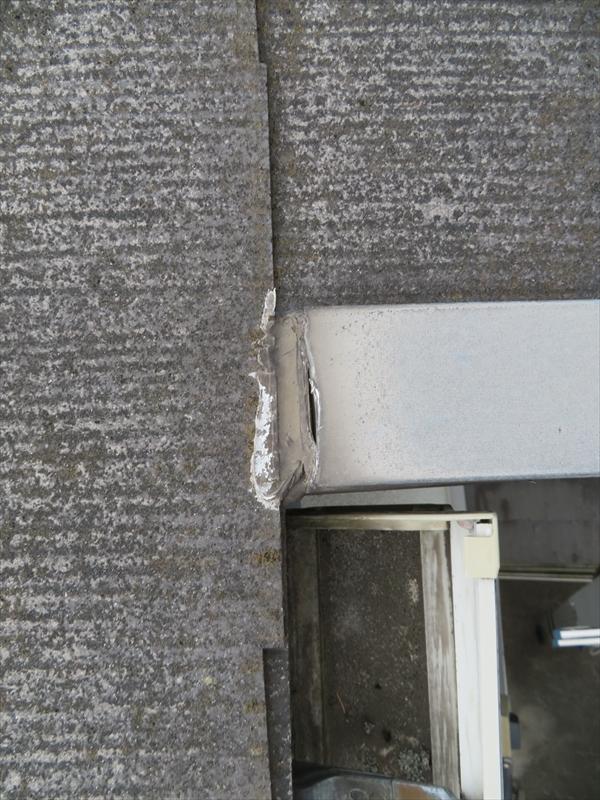 屋根板金のシールがめくれていました。
