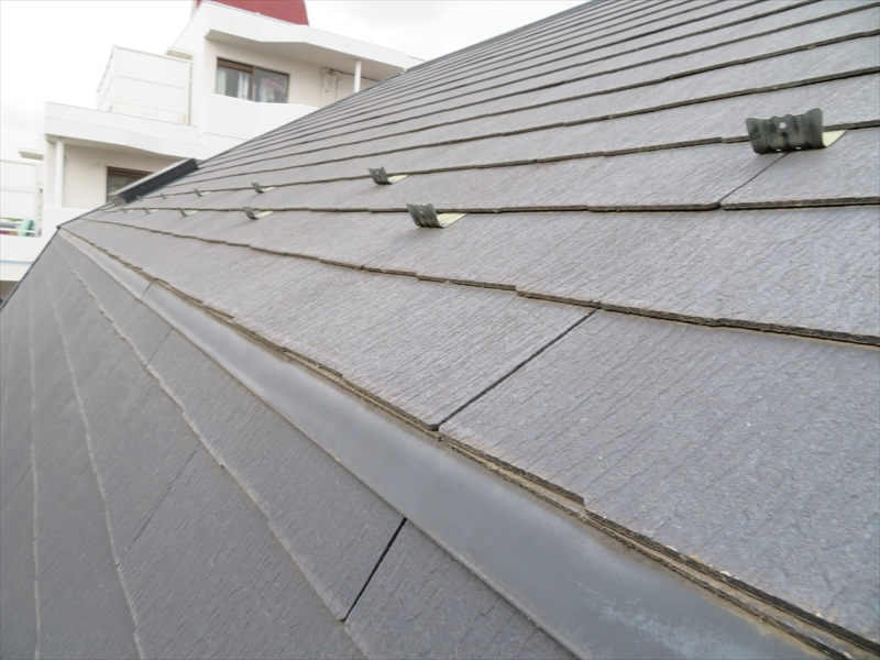 屋根の傾斜が強いので、職人が作業できるように屋根の上にも足場が必要になりそうです。