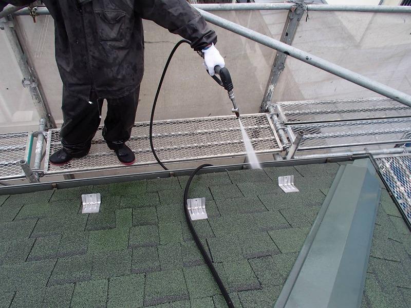 こちらは雨樋の洗浄の様子。つまりが取れてすっきりと流れるようになります。