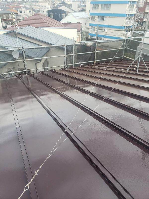 中塗りが完了しました。屋根の上にはアンテナを固定するための針金があるので、当たってアンテナがずれないように注意します。